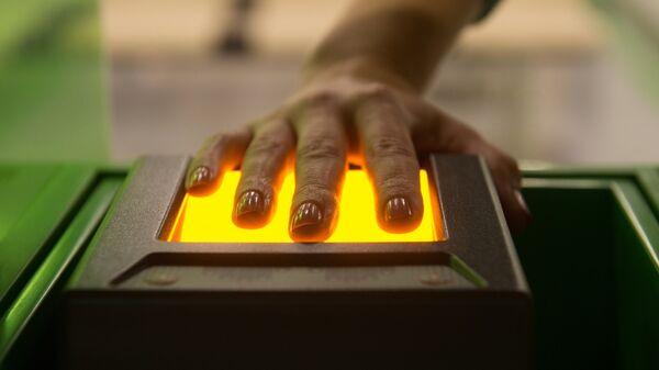 Сканирующее отпечатки пальцев устройство в визовом центре Pony Express в Москве - Sputnik Таджикистан