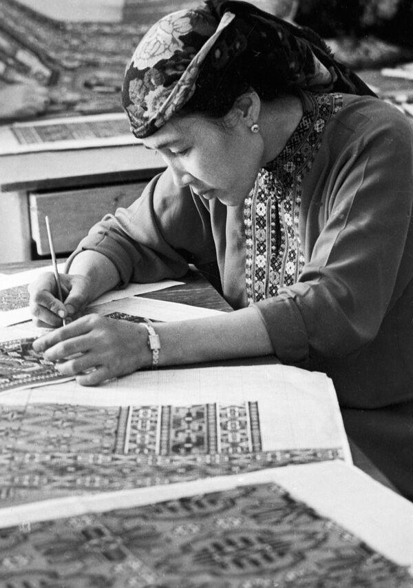 Художница ковровой фабрики в Туркмении разрабатывает новый эскиз рисунка ковра. Архивное фото - Sputnik Таджикистан