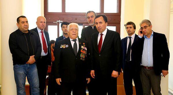 Посол РТ в РФ Имомуддин Сатторов с гостями в день голосования по поправка в Конституцию РТ - Sputnik Таджикистан