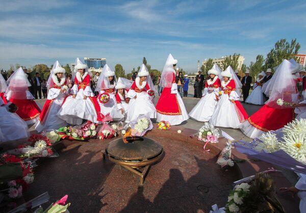 Церемония массового бракосочетания 50 молодежных пар - Sputnik Таджикистан