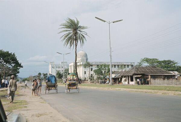 На одной из центральных улиц города Читтагонга, крупнейшего порта Бангладеш. Архивное фото - Sputnik Таджикистан