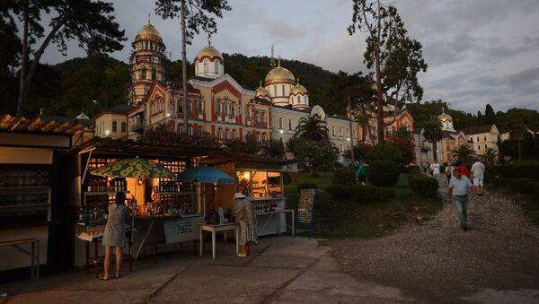 Туристы у Ново-Афонского Симоно-Кананитского монастыря в Абхазии - Sputnik Таджикистан