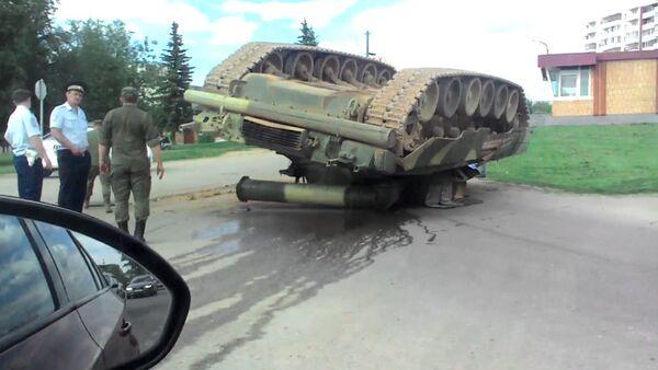 Очевидцы сняли на видео перевернувшийся танк Т-80У в Наро-Фоминске - Sputnik Таджикистан