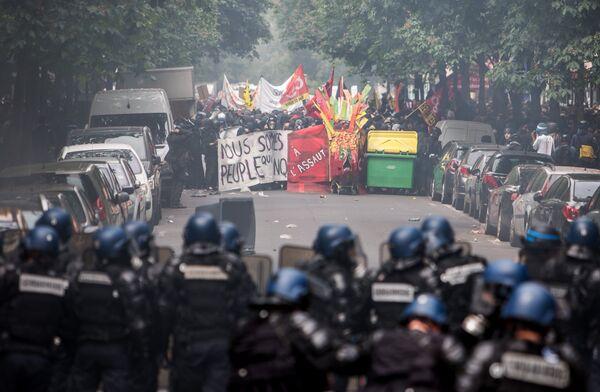 Акция протеста профсоюзов в Париже - Sputnik Таджикистан