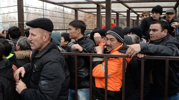 Граждане иностранных государств стоят в очереди за получением разрешения для легального пребывания в России. Архивное фото - Sputnik Таджикистан