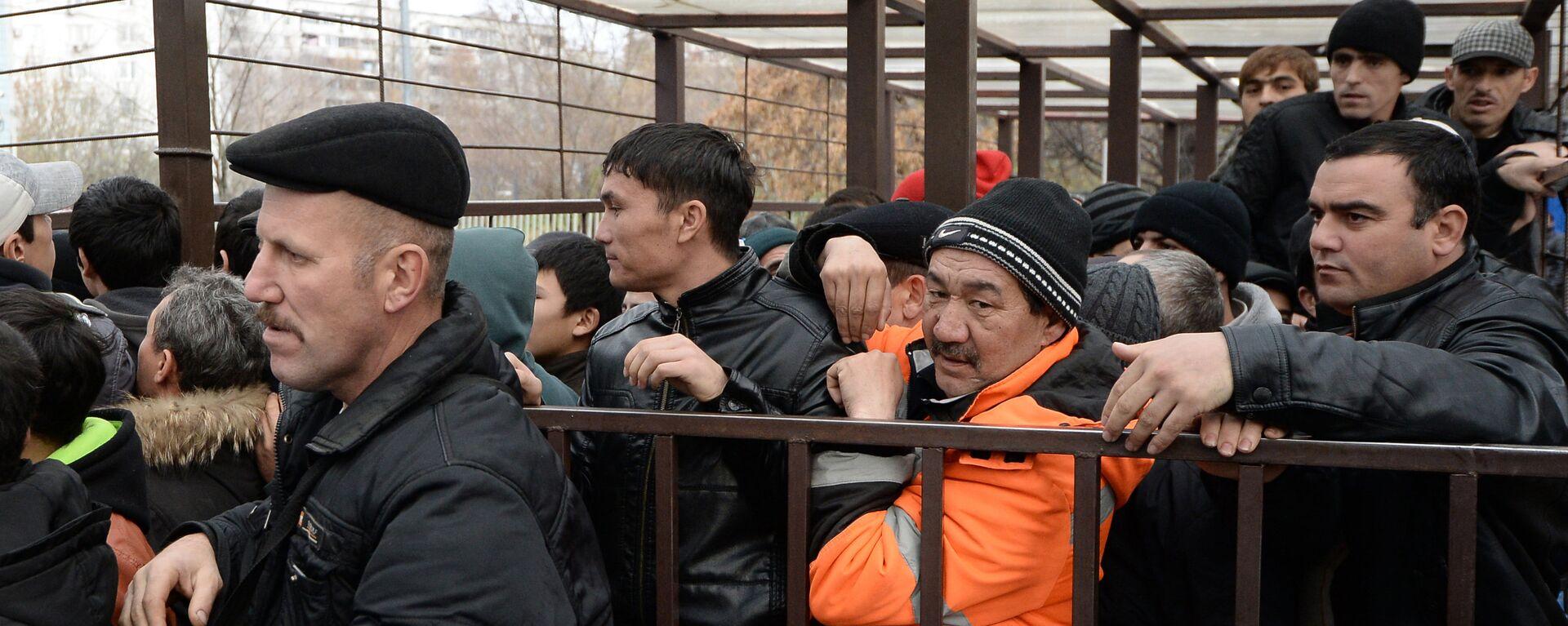 Очереди мигрантов у отделения УФМС по Москве, архивное фото - Sputnik Таджикистан, 1920, 15.09.2021