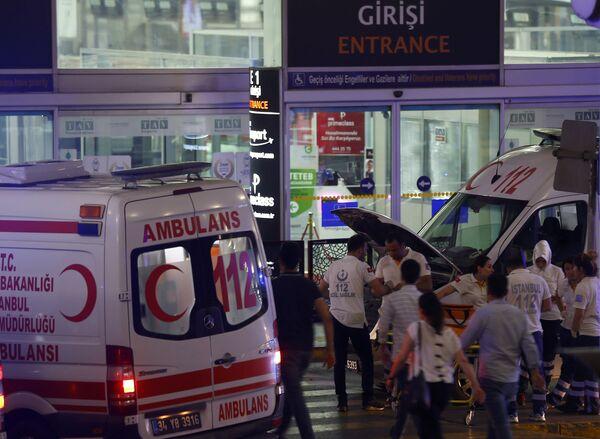 Машины скорой помощи у аэропорта в Стамбуле, где произошли взрывы - Sputnik Таджикистан