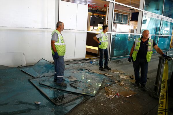 Рабочие на территории аэропорта в Стамбуле, где прогремел взрыв - Sputnik Таджикистан