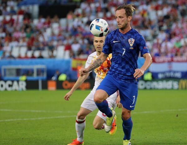Игрок сборной Хорватии Иван Ракитич (на первом плане). Архивное фото - Sputnik Таджикистан