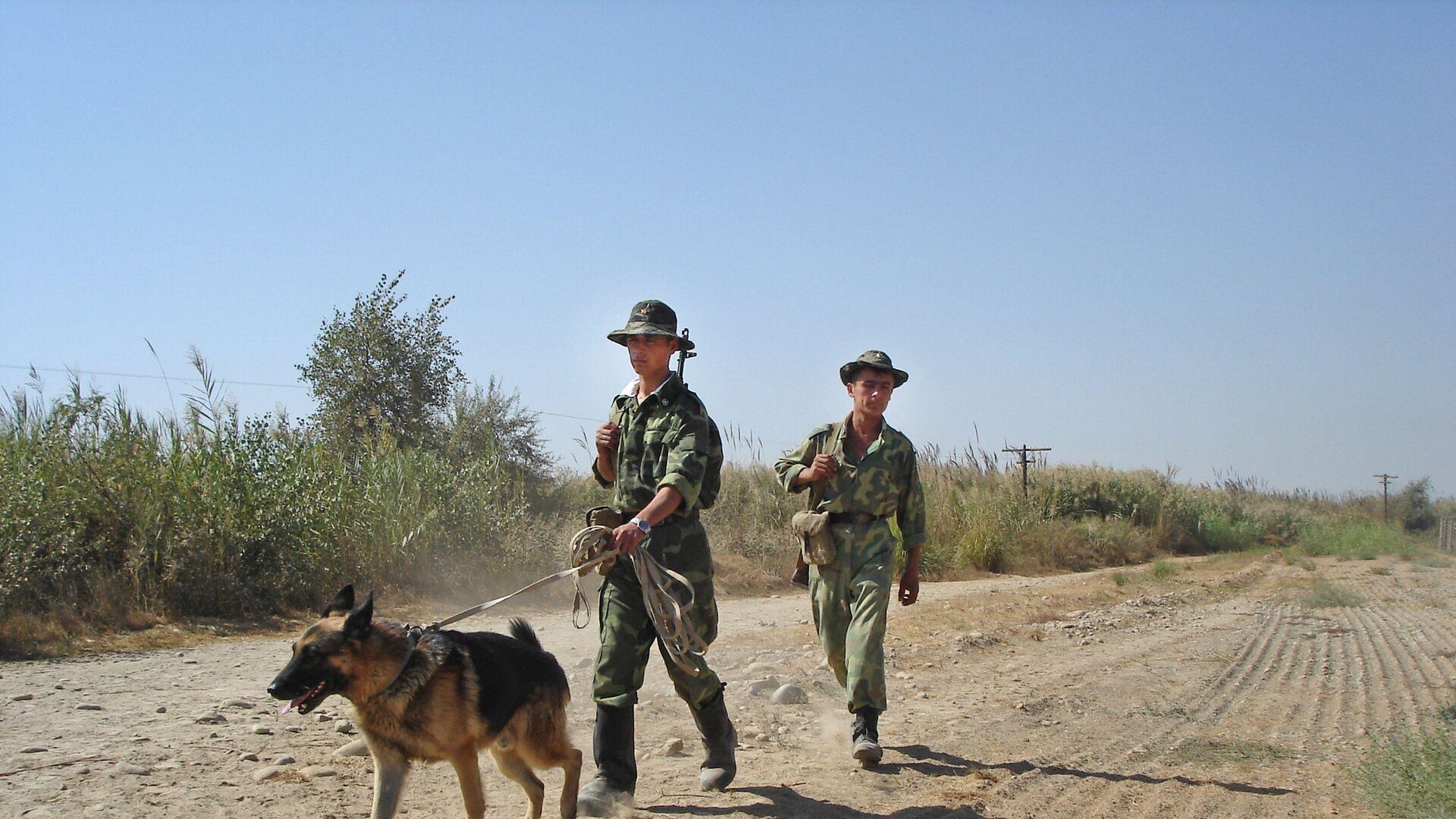 Таджикские пограничники на таджикско-афганской границе. Архивное фото - Sputnik Таджикистан, 1920, 07.06.2021
