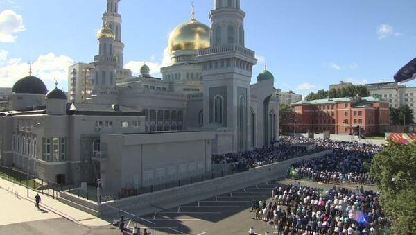 Праздничная молитва мусульман у соборной мечети Москвы в честь Ураза-байрам - Sputnik Таджикистан
