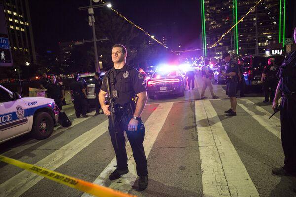 Полицейский США в Далласе во время беспорядков - Sputnik Таджикистан