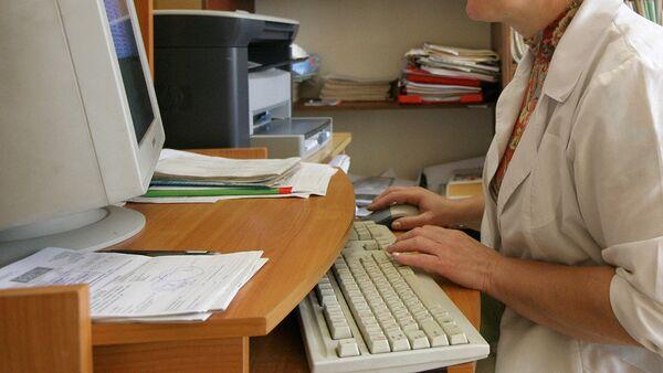 Врач работает за компьютером - Sputnik Таджикистан