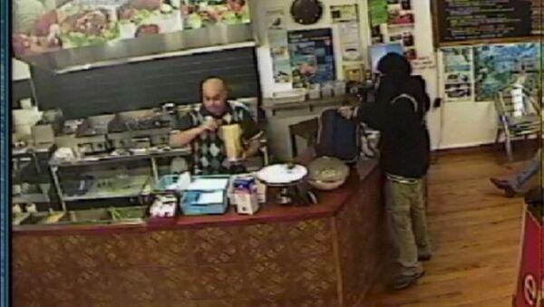 Неудачное ограбление: хозяин кафе проигнорировал мужчину с пистолетом - Sputnik Таджикистан