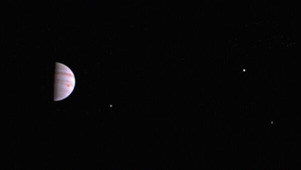 Американский космический зонд Juno показал первый снимок Юпитера - Sputnik Таджикистан
