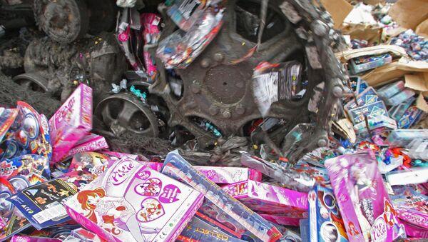 Уничтожение контрафактных игрушек. Архивное фото - Sputnik Таджикистан