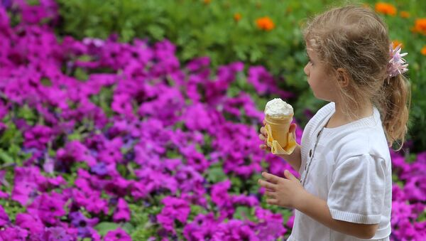 Девочка ест мороженое, архивное фото - Sputnik Таджикистан