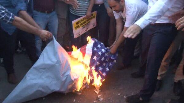Протестующие сожгли флаг США перед военной базой НАТО в Турции - Sputnik Таджикистан
