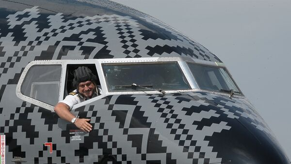 В черной ливрее: селфи в двигателе, с пилотом и в фуражке - Sputnik Таджикистан
