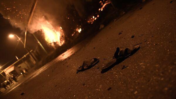 Протестующие во время столкновения с полицейскими на улице близ захваченного в Ереване здания полка патрульно-постовой службы. - Sputnik Таджикистан