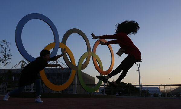 Китайские журналисты на фоне олимпийских колец в Рио-Де-Жанейро - Sputnik Таджикистан
