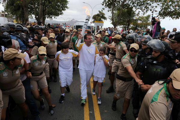 Мэр Эдуарду Паэс несет олимпийский огонь в Рио-Де-Жанейро - Sputnik Таджикистан