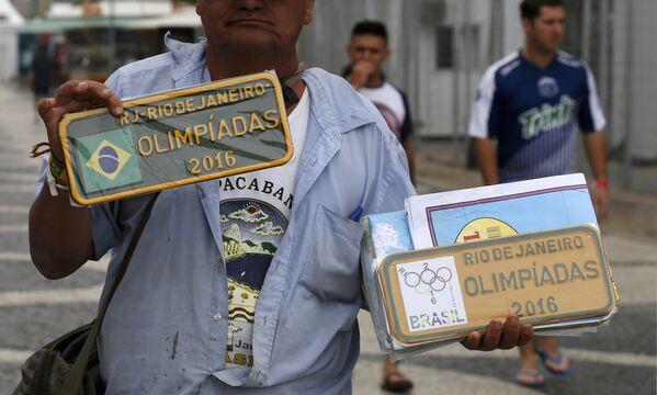 Уличный торговец сувенирами в Рио-Де-Жанейро - Sputnik Таджикистан