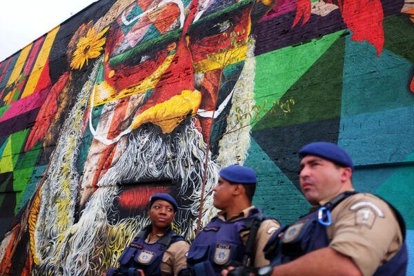 Бразильские полицейские на Олимпийском бульваре в Рио-Де-Жанейро - Sputnik Таджикистан