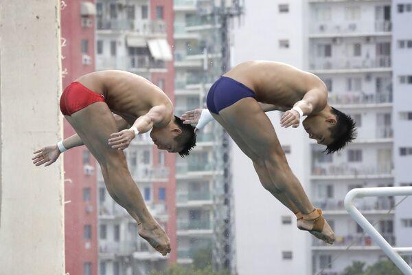 Китайские спортсмены по прыжкам в воду на тренировке в Рио-Де-Жанейро - Sputnik Таджикистан