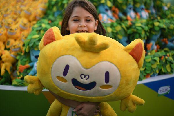 Девочка с талисманом Олимпиады 2016 в Рио-Де-Жанейро - Винисиусом - Sputnik Таджикистан