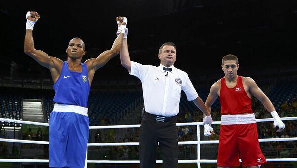 Таджикский боксер Анвар Юнусов проиграл бразильскому боксеру Робсону Консейкао на ОИ-2016 - Sputnik Таджикистан