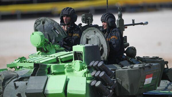 Экипаж танка Т-72Б3 армии Таджикистана во время соревнований по танковому биатлону на полигоне Алабино. - Sputnik Тоҷикистон