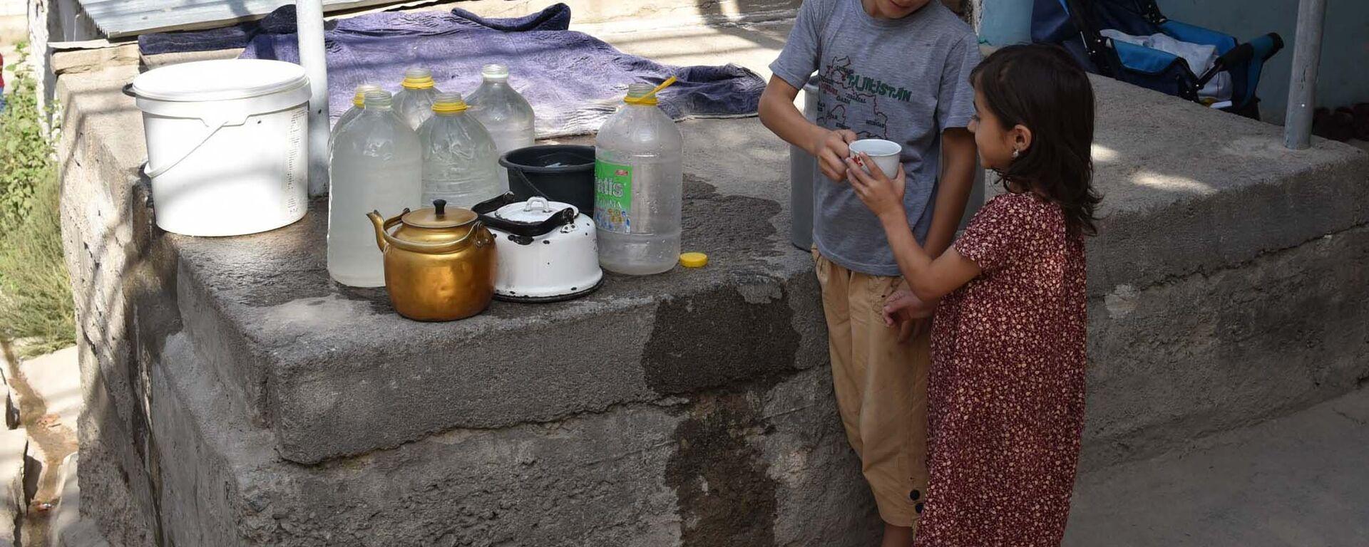 Как душанбинцам живется без водопровода - Sputnik Таджикистан, 1920, 27.08.2021