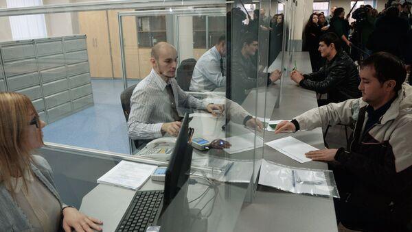 Выдача патентов в Едином миграционном центре Московской области, архивное фото - Sputnik Тоҷикистон