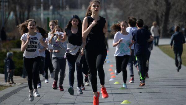Девушки во время тренировки в Парке искусств Музеон в Москве. Архивное фото - Sputnik Тоҷикистон