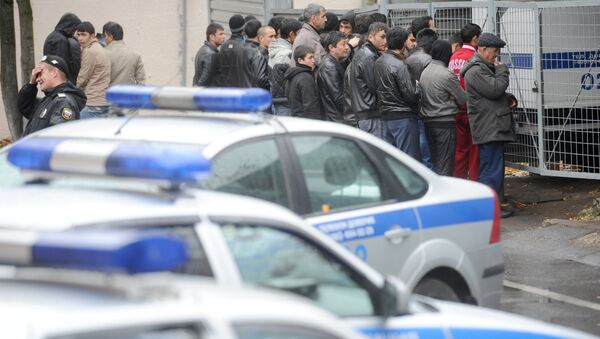 Задержанные в результате полицейского рейда нелегальные мигранты. Архивное фото - Sputnik Таджикистан
