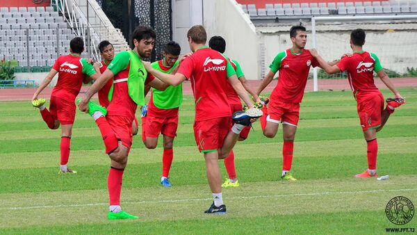 Футболисты сборной Таджикистана на разминке - Sputnik Таджикистан