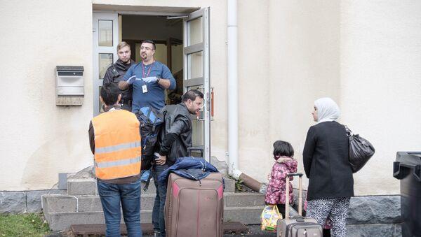 Мигранты у центра беженцев в Финляндии. Архивное фото - Sputnik Таджикистан
