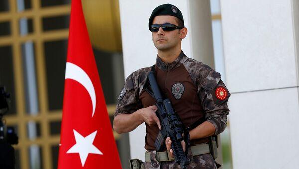 Сотрудник турецкой полиции, архивное фото - Sputnik Тоҷикистон