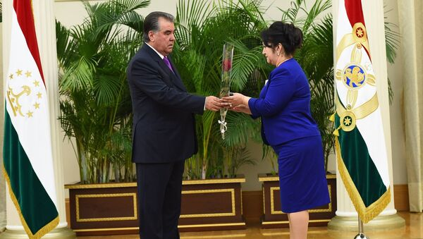 Рахмон вручил награды отличившимся гражданам Таджикистана 29 августа 2016 года - Sputnik Тоҷикистон