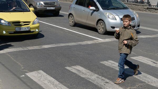 Ребенок переходит дорогу. Архивное фото - Sputnik Таджикистан