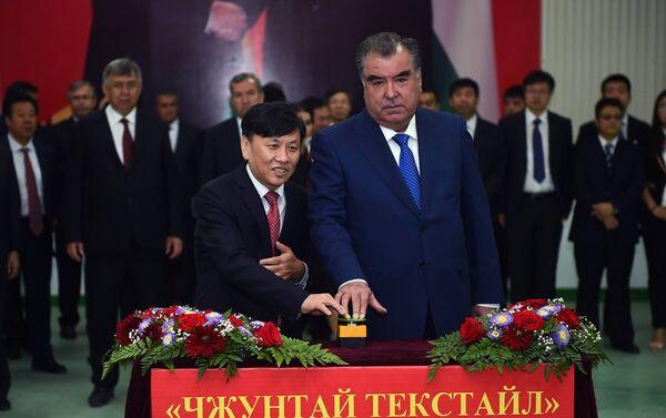 Президент Таджикистана Эмомали Рахмон принял участие в церемонии открытия и сдачи в эксплуатацию первой очереди текстильного комплекса ЗАО Джунтай — Дангара Син — Силу Текстил - Sputnik Таджикистан