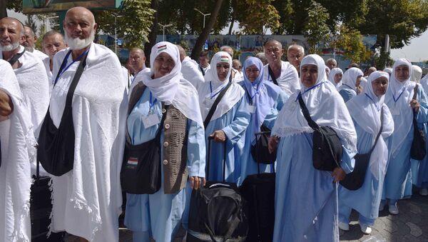 Паломники из Таджикистана перед отъездом на хадж в аэропорту Душанбе - Sputnik Таджикистан