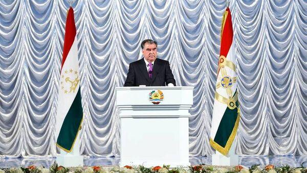 Эмомали Рахмон во время поздравления соотечественников с Днем Независимости - Sputnik Таджикистан