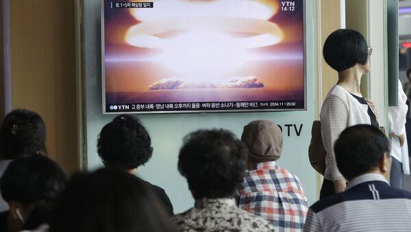 Трансляция выпуска новостей с кадрами ядерных испытаний КНДР на железнодорожном вокзале в Сеуле - Sputnik Таджикистан