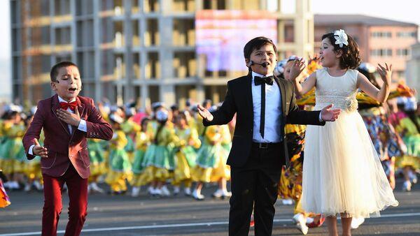 Праздничное шествие в Худжанде по случаю 25-й годовщины независимости Республики Таджикистан - Sputnik Таджикистан