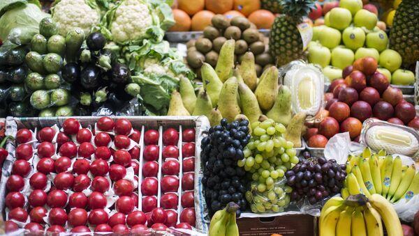Прилавок с фруктами и овощами. Архивное фото - Sputnik Таджикистан