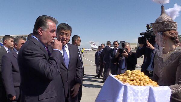 Салам алейкум! — прилет в Кыргызстан президента Таджикистана Эмомали Рахмона - Sputnik Тоҷикистон