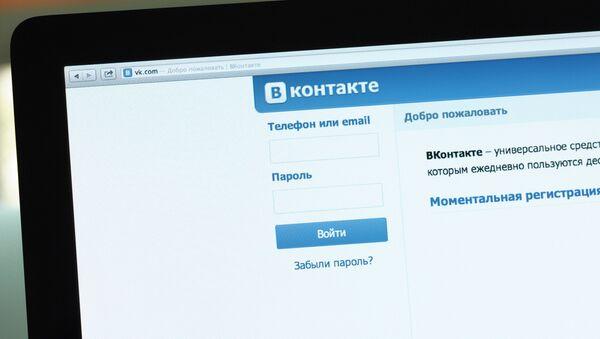 Логотип и начальная страница социальной сети Вконтакте на экране компьютера. Архивное фото - Sputnik Таджикистан