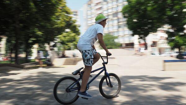 Мальчик катается на велосипеде - Sputnik Тоҷикистон